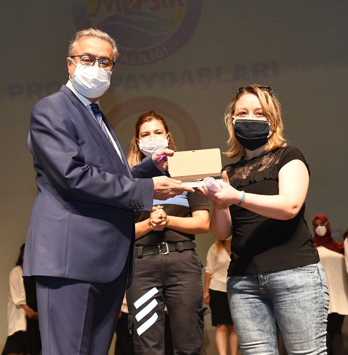 bir damla iyilik projesinde kursiyerlere sertifikalarini vali su verdi.klijghups7ebwhu1kbq9az