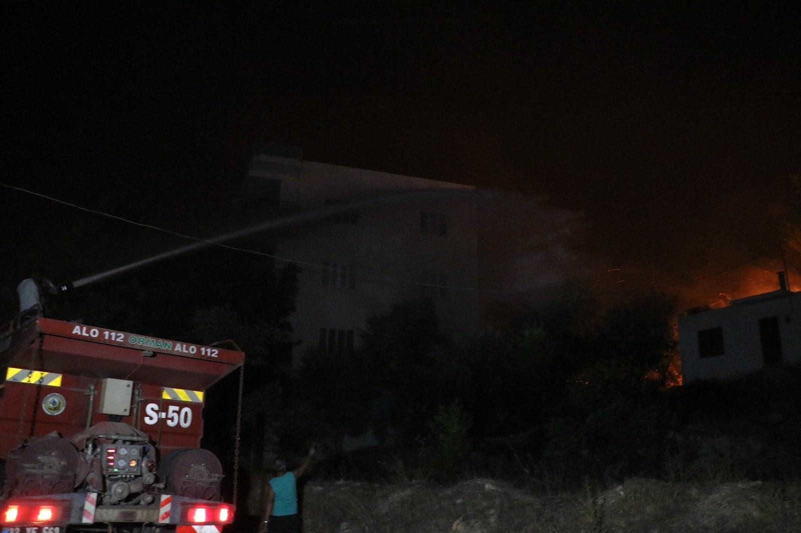 yanan evleri sondurmek icin herkes seferber oldu