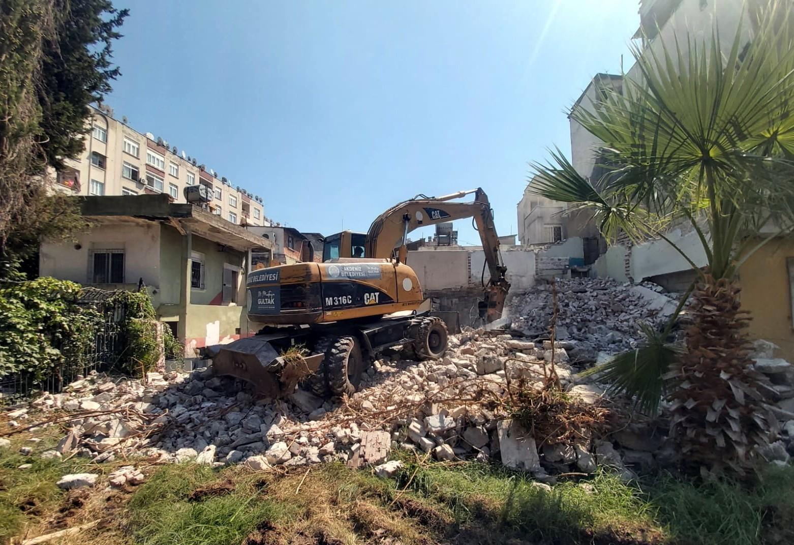 akdenizde tehlike olusturan binalar yikiliyor