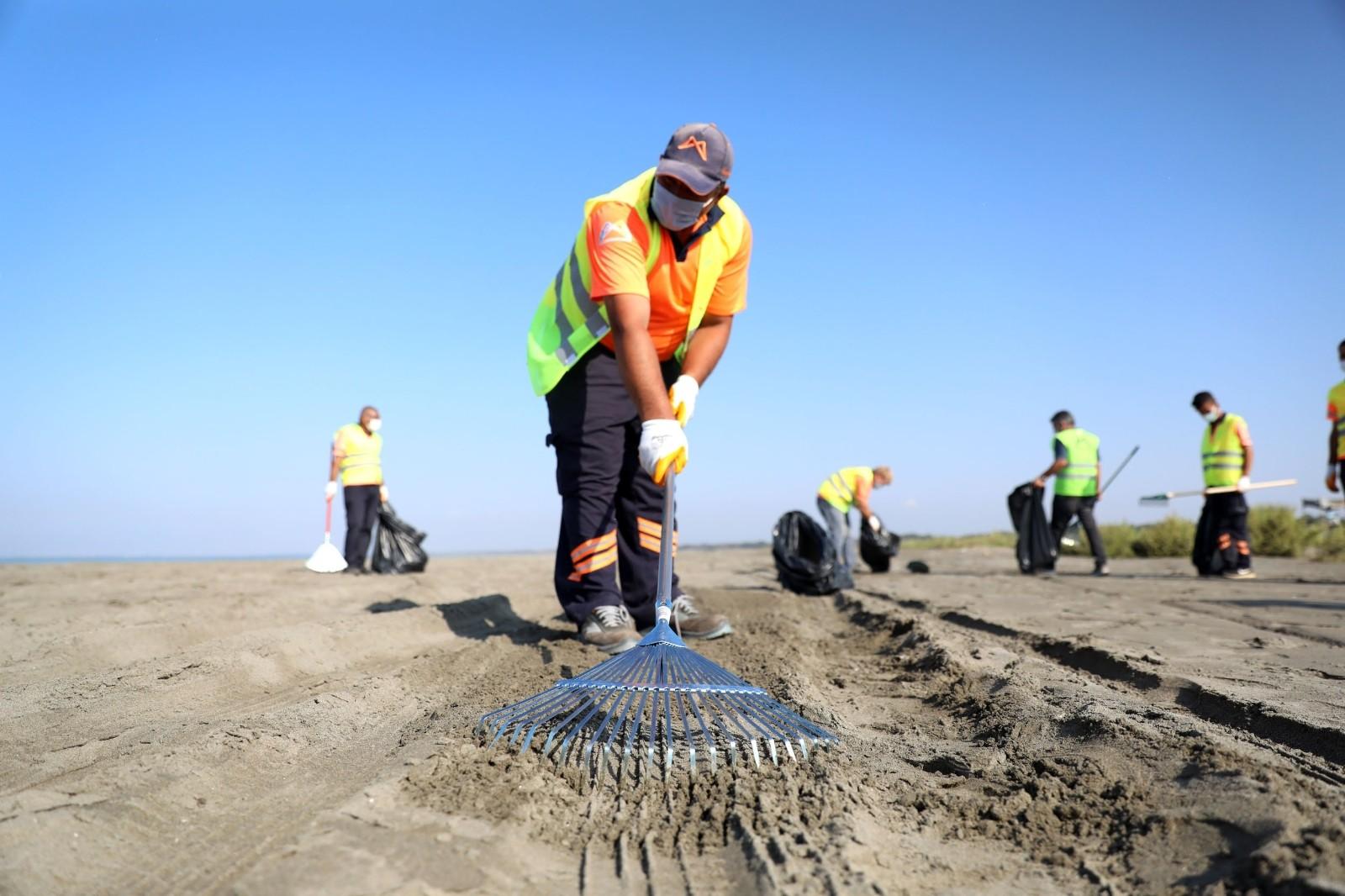 mersin sahillerinde petrol temizligi suruyor