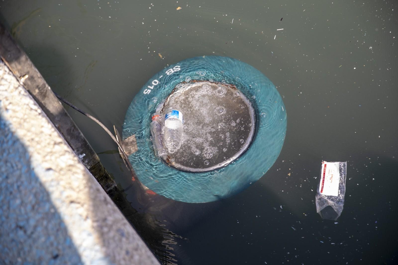 mersinde deniz yuzeyindeki atiklar vakumlanarak temizlenecek