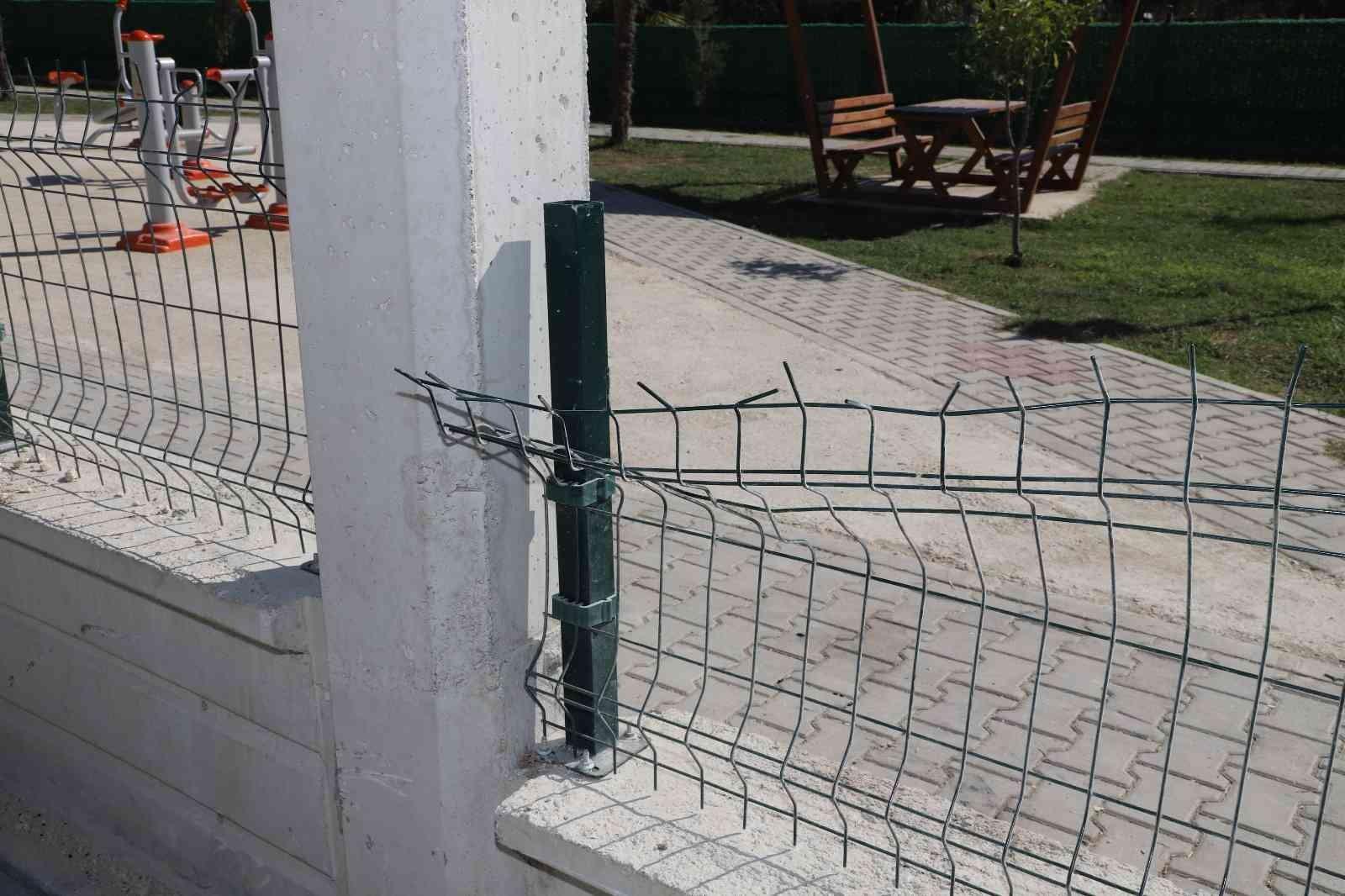 ozgurluk mahallesinde yapimi devam eden parktaki donatilar tahrip edildi 34a7f98